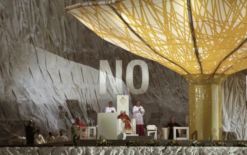 No Projection by Julius Von Bismark & Santiago Sierra (2)