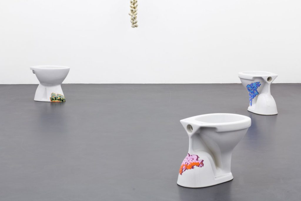 Paul Barsch + Tilman Hornig, Episode 4: Bathroom (2015). Exhibition view. Courtesy the artists + OSLO1O, Münchenstein.